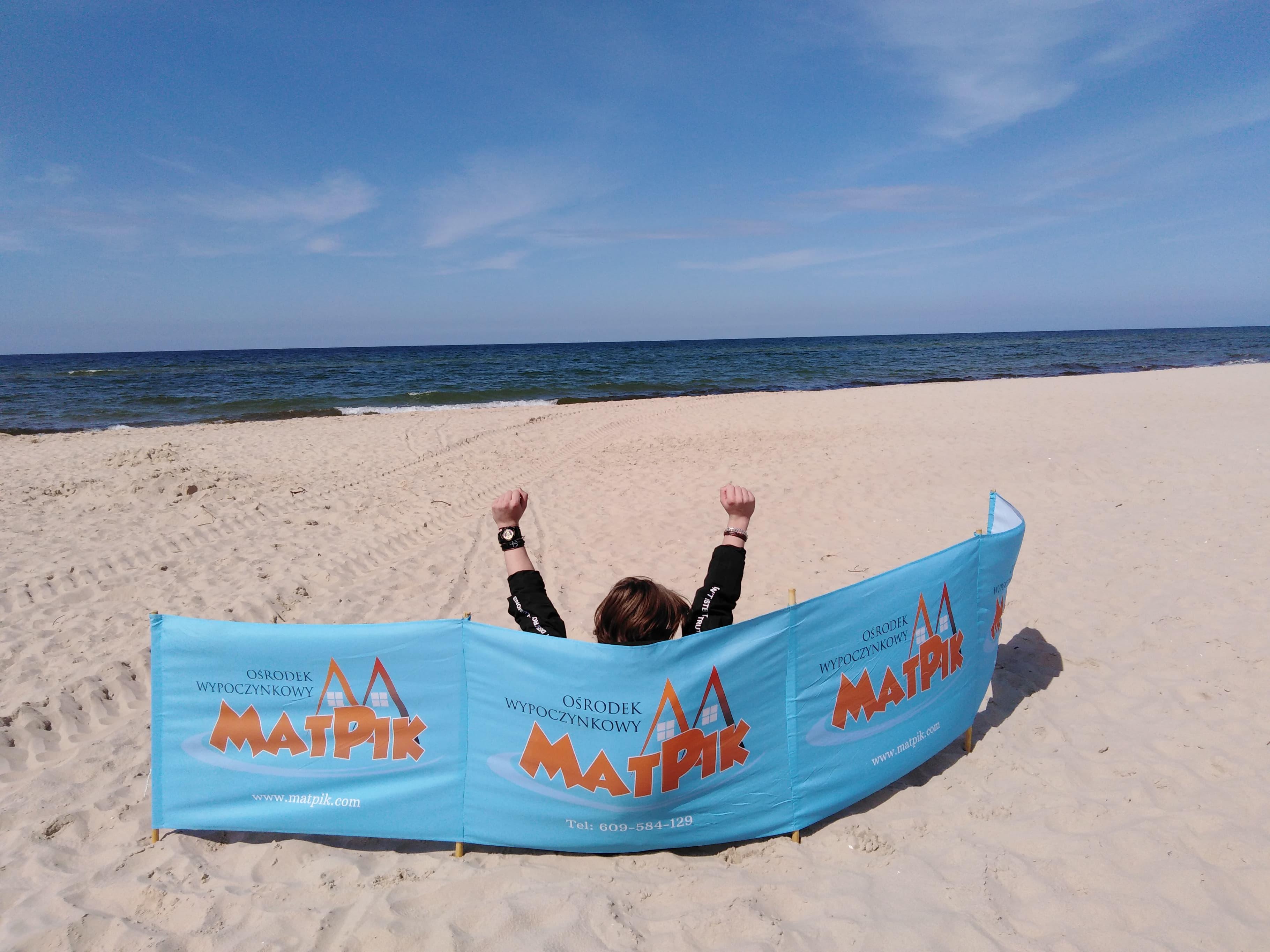 Plaża w Międzyzdrojach z rozłożonym parawanem OW Matpik